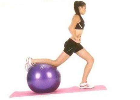Kalça Egzersizleri Tek bacak squat Top vücudun arkasında kalacak şekilde bir ayak bileğini topun üzerinde yerleştirin. Nefes alırken, yerdeki bacağınızı dizden bükerek alçalın. (Dizin parmak ucumuzu geçmemesine dikkat edin.) Nefes verirken doğrulun ve hareketi önce bir bacakla, sonra diğeriyle tekrarlayın.