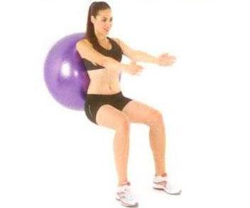 Kalça Egzersizleri Duvarda topla squat Top duvarla sırtınız arasında, dizler 90 derece açıyla bükülü çömelir pozisyonda, kollar göğüs hizasında önde... Dizlerinizin ayak parmak uçlarını geçmemesine dikkat edin ve ağırlığı topuklara verin. Nefes verirken vücudunuzu topla birlikte yavaşça yukarı doğru iterek kalkın, nefes alırken tekrar çömelme pozisyonuna dönün.