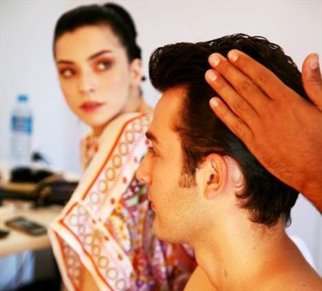 Saç ve makyajlar yapılıyor... Ve sonunda Cihan Alpgiray deklanşöre basmaya hazır...