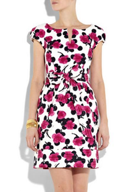 Kıvrımlı hatlarınız varsa ne giymelisiniz?  Kum saati en sık rastlanan vücut şekilleinden biridir.  En zorlayıcı versiyonu bile düzeltilebilir.  •Doğal vücut şeklinizi kapatan x-large ya da salaş elbiselerden uzak durun. Üzerinize oturan modelleri tercih edin.  •Bu çiçek desenli koton elbise bele oturan formu sayesinde belinizi daha ince gösterir.  •Tam diz üstünde biten etekler boyu sayesinde bacak uzunluğunuzun altını çizer. •Ne çok açık ne de çok kapalı bir dekolte,  vücudunuz üst kısmını vurgulayarak tüm görüntüde bir denge sağlar.  •Doğal vücut şeklinizi kapatan Xlarge ya da salaş elbiselerden uzak durun.