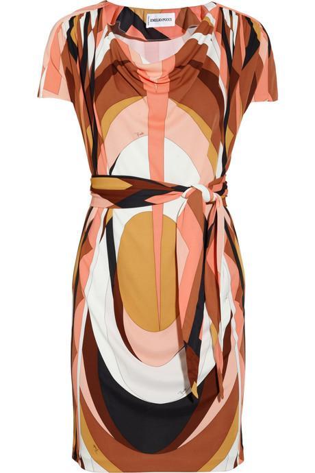Daha ince gösteren desenler Tamamı desenli bir elbise, tek renkli bir elbiseden daha fonksiyoneldir. Optik bir ilüzyon ile bakışları öyle bir kaldırır ki istenmeyen çıkıntıları anında kamufle eder.