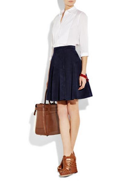 Minyonsanız ne giymelisiniz?  Kısa kadınların stratejik bir şekilde düşünmeleri gerekir. En minyon bedendeki kıyafeti satın almak yeterli olmaz. İşte 1.60 cm'den daha kısa olanlar için pek çok faydalı öneriler bulunuyor.  •Önü dekolteli ipek bir bluz, omuzları bariz bir şekilde ortaya çıkarır.  •Önde belli belirsiz v dekolte, dozunda bir seksapel ile daha uzun bir gövdeniz varmış gibi gösterir.  •A kesimli etekler minyon vücutları daha dolgun yapar.  •Kısa eteklerle yüksek topuklu botlar giyin, böylece bacaklarınız daha uzun durur.