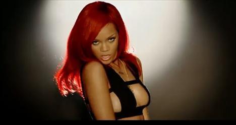 Şarkıda West'e vokal yapan Rihanna, klipte ise göğüs dekolteli elbisesiyle göz kamaştırdı.