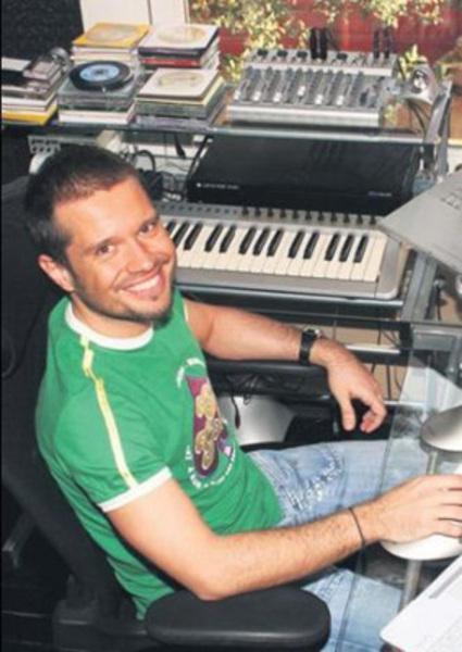 kardeşi Ozan Doğulu ünlü müzisyen Yurdaer Doğulu'nun oğulları.