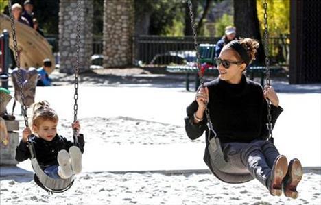 Jessica Alba ve kızı salıncakta
