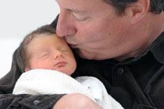 İngiltere Başbakanı David Cameron'un bebeği