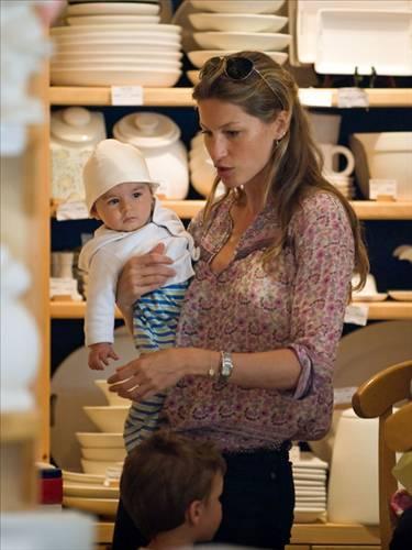 Brezilyalı manken Gisele Bundchen oğluyla birlikte alışverişte  (Sabah)
