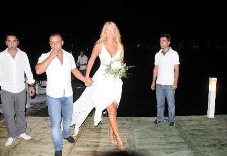 Ozan Orhon ile evlenen ve olaylı bir şekilde boşanan Erçetin ile Matraş o fotoğrafların çekilmesinden kısa bir süre sonra sürpriz bir biçimde dünyaevine girdi.