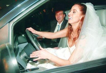 """'ARADIĞIM AŞKI BULDUM' DEMİŞTİ AMA...  Şarkıcı Niran Ünsal, Oğuz Türküsev'le evlendiğinde sonunda aradığı aşkı bulduğunu cümle aleme ilan etmişti..   Hatta nikah çıkışı fotoğraflarını çeken gazetecilere """"damadı kaçırıyorum"""" da demişti ama onun evliliği de uzun sürmedi."""