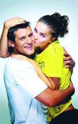 'DİNİM DE VATANIM DA ÜLKEM DE KOCAM' DEMİŞTİ  Manken Tuğçe Kazaz, bir film çekimindeç tanıştığı Yunan aktör Yorgo Seitaridis'e daha görür görmez aşık oldu. Seitaridis de Kazaz'a...