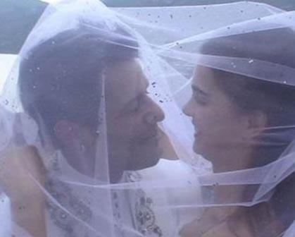 Tuğçe Kazaz'ın ailesinin kültür farkını öne sürerek bu evliliğe karşı çıkması bile onları durduramadı. Yunanistan'da Kazaz'ın anne ve babasının katılmadığı bir törenle evlendiler.