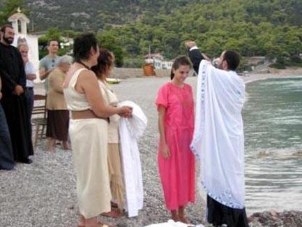 Hatta Kazaz kilisede evlenebilmek için sevgilisinin ülkesindeki kurallar gereği vaftiz olup dinini bile değiştirdi.