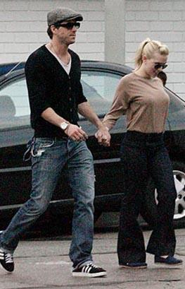 MUTLU ÇİFT YENİDEN BİRARAYA GELMEYE ÇALIŞIYOR  Johansson ile yakışıklı aktör Ryan Reynolds gizlice evlenip hayranlarını şaşırtmıştı.