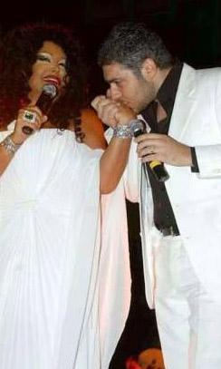 Cem Adler'le bir evlilik yapan, yıllarca Birol Gürkanlı ile ilişki yaşayan Ersoy, jüri üyesi olduğu 'Popstar Alaturka'nın yarışmacılarından Armağan Uzun'a kalbini kaptırınca bu da kelimenin tam anlamıyla büyük bir olay oldu.