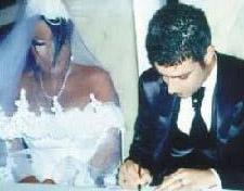 Ama uzun İzmir'de bir genç kızla samimi pozlarda yakalanınca bu evlilik de bitti.