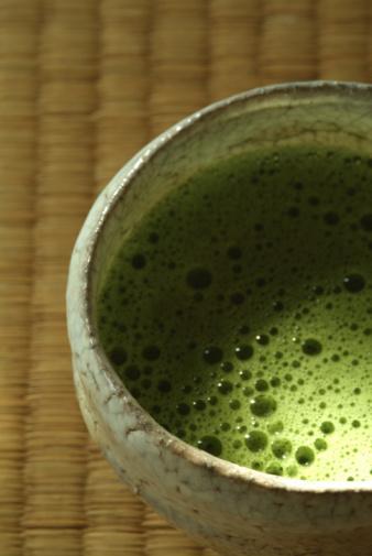 Gunpowder Bu Çin kökenli çay, küçük paketlere sarılmadan önce tavalanır.  Aroma: Güçlü ve tatlı bir finali vardır.  Yaratıcı ol:  Sebze çorbasına bir fincan et suyu yerine bir fincan gunpowder çayı ekleyebilirsin.  Daha fazla yeşillik istersen,  demlenmiş çay yapraklarını kaynama sırasında çorbana eklemeyi dene.