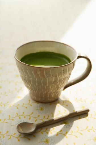 Uzman Görüşü  Yeşil çayın faydalarını ve gün içinde ne kadar tüketilmesi gerektiğini öğrenebilir miyim?  Yeşil çay okside olmadan üretilen bir çay çeşididir.  Bu nedenle okside edilmiş çeşidi olan siyah çaya oranla vücut için daha yararlı olduğunu söylemek mümkündür. Yeşil çay, içerdiği flavonoidler sayesinde antioksidan özellik gösterir. Yapılan bazı araştırmalar yeşil çayın en çok akciğer, kolon, mide, özfagus ve cilt kanserine karşı koruyuculuğunu göstermiştir.  Aynı zamansa yeliş çay, kandaki kötü kolesterol dediğimiz LDL kolesterolünün okside olmasını engelleyerek koroner kalp rahatsızlıklarına karşı korunmana yardımcı olur.  Bunlara ilaveten yeşil çayın sağlık üzerinde diğer faydalarını sıralayacak olursak;  Diş çürümesini ve diş eti hastalıklarına karşı korur. •Kemik yoğunluğunu düzenler. •Parkinson gibi bazı nörolojik hastalıklara karşı koruma sağlar. •İçerdiği katesinler ve kafein ile vücut için termojenik ( vücut ısısını yükseltici)  etki gösterir.  Bu etki sonucu metabolizma hızında artış gözlenebilir. •Antiobezite ( obezite karşıtı)  özellik gösterir. •Günlük olarak tüketeceğin bir veya iki fincan yeşil çay sağlığın açısından en güvenli ve yeterli miktardır.