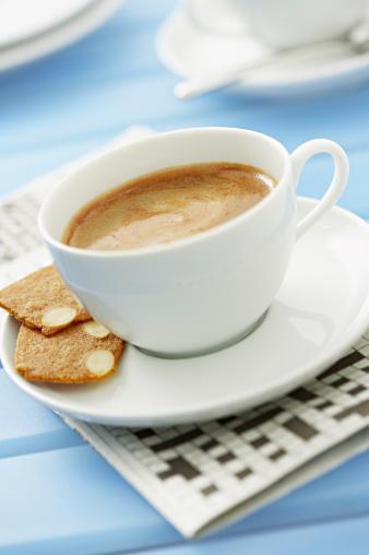 """2) Çay veya kahvesinin paketine """"Sen daha güzel kokuyorsun"""" yazan bir not yapıştırın. Eli fincana her gittiğinde sizi hatırlayacaktır."""