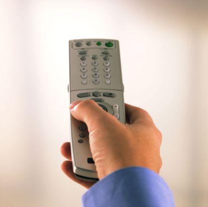 """22) Televizyonun uzaktan kumandasına, """"Doğru düğmelere basmak çok şaşırtıcı olabilir"""" yazın. Ve ister ağır çekim, ister iki kat hızlandırılmış bir sevişmeye hazırlanın."""