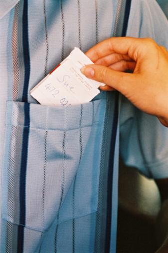 """6) Yazdığınız notu, hafifçe görünecek şekilde gömleklerinden birinin cebine yerleştirin. """"Bunu üzerinden çıkarmak için sabırsızlanıyorum"""" yazmanız oldukça etkileyici olacaktır. Tekrar görüştüğünüzde giysilerinizin hızla çıkarılmasına hazır olun."""