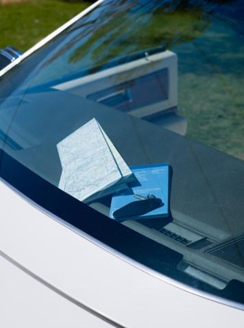 """3) Arabasının sileceklerine not bırakın. """"Sabah evden çıkar çıkmaz arabamın sileceklerinde gördüğüm ve park cezası sanıp sinirlendiğim küçük kağıdın aslında Selin'in evden çıkarken bıraktığı ateşli bir not olduğunu fark ettiğimde akşamı bekleyemedim. Başkasının notu görme ihtimalini göze almış olması beni daha da heyecanlandırdı"""" diyor Evren."""