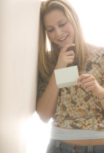 18) İşe giderken kullandığı çantaya, onu gece küçük bir sürpriz beklediğini anlatan kısa bir not yerleştirin. Eve geldiğinde de tansiyonunu yükseltecek bir kıyafetle karşılayın.