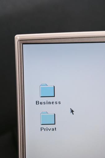 9) Seksi fotoğraflarınızı çekip bunları bir klasör halinde bilgisayarının masaüstüne kaydedin. Sonra da bir kağıda klasörün adını ve onu bir sürprizin beklediğini yazarak monitörüne yapıştırın. Klasöre mutlaka şifre koymanızı öneririz!