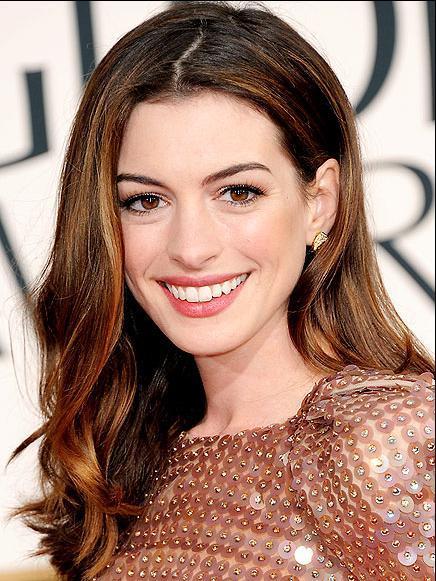 ANNE HATHAWAY Geceye sunucu olarak katılan Anne Hathaway klasik ve masal prenseslerini andıran kırmızı halı kıyafetleriyle tanınıyor. Marka tercihleri arasında genellikle Giorgio Armani, J. Mendel ve Oscar de la Renta var.