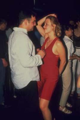 Sonra anne- kız düğünün yapılacağı yere gelmiş. Laçin'in üzerinde hala kot pantolonu varmış.