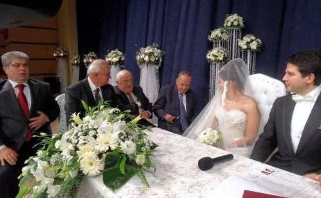23 YILLIK AŞKI EVLİLİKLE TAÇLANDIRDILAR  İşadamı Osman Nuri Sözkesen'in oğlu Kemal de çocukluk aşkıyla nikah masasına oturdu.
