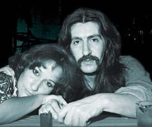 KAPIDA GÖRÜR GÖRMEZ AŞIK OLDU  Müzik dünyasının unutulmaz ustası Barış Manço ile eşi Lale Manço'nun evlilik öyküsü de filmleri aratmayacak türden.