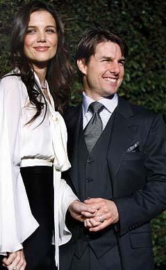 """ONUNLA EVLENECEĞİMİ BİLİYORDUM  """"Küçük bir kızken bile ileride Tom Cruise'la evleneceğimi hayal eder dururdum.   Odam hep onun posterleriyle süslüydü"""" diyen Katie Holmes, 2004 yılında tanıştığı Tom Cruise'u gördüğünde hayatının aşkını bulduğunu anlıyor."""