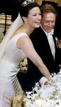 Michael Douglas, Catherine Zeta-Jones'u ilk kez 'Zorro' filminde görüp beğeniyor.