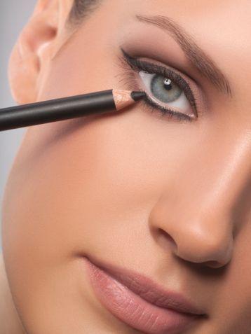 Kopya çekin  Kusursuz eyeliner çekmek için önce kalem çekin. Kalem uygulamak eyelenir'dan daha kolaydır ve hata yapıldığında rahatça silinebilir. Çizdiğiniz hattın üzerinden eyeliner ile geçin.