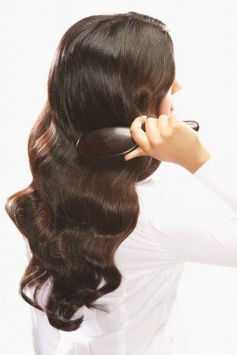 Saçınızı Tarayın  Akşam yatmadan önce saçınızı öne eğerek yumuşak bir fırçayla fırçalayın.