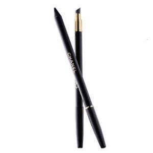 Siyah kalemi doğru uygulayın  Kalemi nasıl çektiğiniz gfözlerinizin şeklini değiştirebilir. Göz altlarının içine sadece yarısına kadar kalem çektiğinizde daha belirgin bakışlar elde edebilirsiniz.