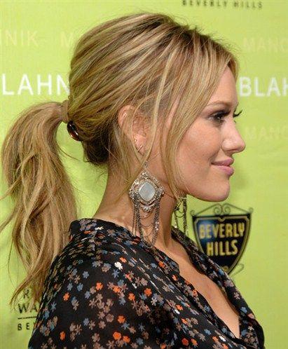 At kuyruğu yapın  Hillary Duff'ın yaptığı gibi, at kuyruğu yapıp tepedeki saçları biraz kabartın. Bu saç modeli, kemik yapınızı ön plana çıkardığı için yüzünüzü daha ince gösterir.
