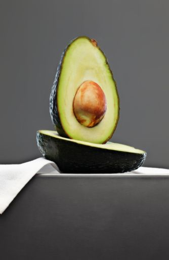 Mutfakta tedavi deneyin  Kuru bir cilde sağlıklı ve doğal yağ vermek için haftada 15 dakika avakado ezmesiyle bir maske yapın.