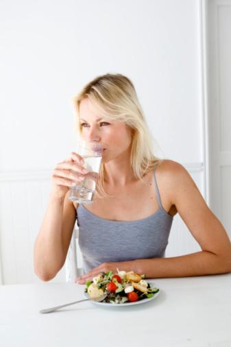 İştahı Azaltmak Ve Kontrol Altına Almak İçin Neler Yapabiliriz Ve Neler Yiyebiliriz?  •Yeme isteğinin kontrol altında tutulması, atıştırma krizinden kurtulmak için sağlıklı karbonhidratlara yönelmek, bol bol su içmek, yiyecekleri iyice çiğnemek ve yemeği 15-20 dakikaya yayarak yemek gerekmektedir.