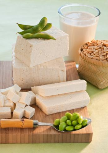 İştahı Azaltmak Ve Kontrol Altına Almak İçin Neler Yapabiliriz Ve Neler Yiyebiliriz?   •Protein içeren besinler karbonhidrat ve yağlara göre daha çok tutar. Bu sebepten protein içeriği yüksek olan besinler iştahı azaltır.