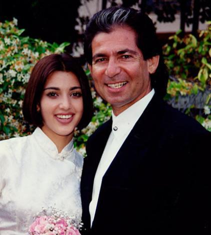 Damon Thomas ile yaptığı evliliği sırasında kızının yanında olan Robert Kardashian, ailesinin kazandığı büyük şöhreti göremeden kansere yenilip hayata veda etti.