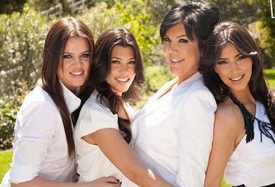 2007 yılında eğlence kanalı E!'de ailenin hayatından kesitler sunan Keeping Up With The Kardashians adlı reality show başladı.