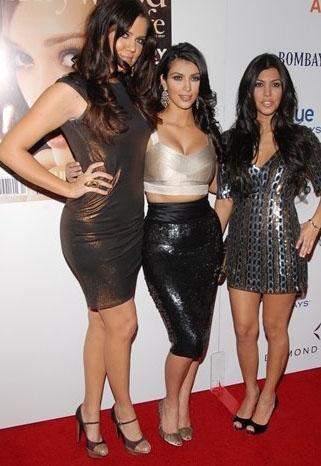 Bu programda yalnız değildi Kim Kardashian. Babasından ayrılıp eski bir olimpiyat şampiyonu olan Bruce Jenner ile evlenen İskoç ve Hollanda kökenli anneleri Kris Jenner'ın yanısıra iki kardeşi Khloe ve Kourtney de onunla birlikteydi.