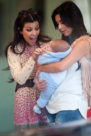 Elbette bu bebek de doğar doğmaz gösteri dünyasının ve aile şovunun bir parçası oldu.