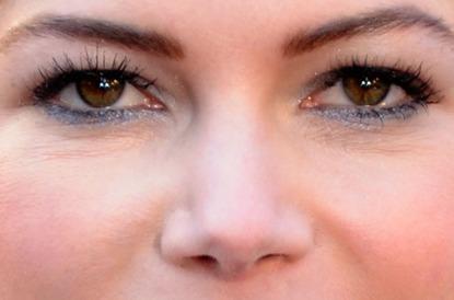 Michelle Williams, aslında son dönemde hep güzel. Ama Oscar gecesinde, alt kirpik diplerine uyguladığı parlayan mavi göz kalemi ile harika görünüyor.