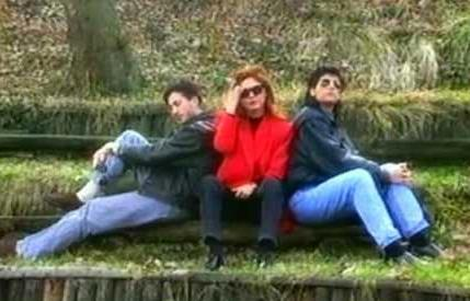 İlk albümleri Dönmelisin'i 1990'da çıkardı.