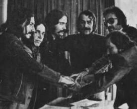 """Kısa bir süre sonra yine bir ara Selçuk Alagöz grubunda çalışmış olan ve Almanya'da Cem Karaca Apaşlarla yaptığı turneden dönen Hasan Sel Haluk Kunt'un yerini alır.  İlk 45'likleri """"Eastern Love/Artık Çok Geç"""", Şubat 68'de çıkar."""