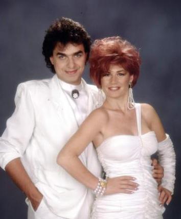 EMEL - ERDAL  1980'lerin ortalarında biraraya gelen Emel Müftüoğlu ve Erdal Çelik uzun süre ikili olarak müzik dünyasında yer aldı.