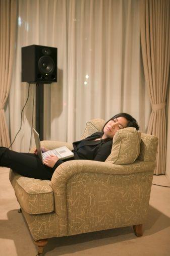 İpucu 4: RAHATLAMA RUTİNİ   Gün boyunca kendinizi bitkin ve yorgun hissediyorsanız her gün aynı saatte uyuyun ve uyanın: Bu uyku düzeninizi yolunu koymanıza yardımcı olacaktır. Böylece kendinizi sakin ve rahatlamış hissedeceksiniz. Vücudunuz belli bir ritimde çalıştığında daha verimli ve duygusal olarak da dengeli olursunuz. Ayrıca gün boyunca kendiniz enerjik hissedersiniz.