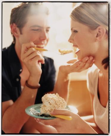 Duygusal yeme bozukluğu;  baş edilemeyen stres, aşk, üzüntü ve keder gibi duygularla birlikte seyredebiliyor. Burada gerçekte yaşanan ise açlık değil, üstesinden gelinemeyen duygular.  Aşk,  birçok kadında başlangıçta kısa süreli bir iştahsızlık yapıyor. Sonrasında eğer özellikle problemli bir ilişkinin içindeyse duygusal yeme atakları yaşanabiliyor. Duygusal yeme ataklarında,  genelde kişinin arzu ettiği besinler yüksek karbonhidrat içeren şekerli ve unlu pastalar,  kek gibi yiyecekler ya da çikolata oluyor. Genelde duygusal yeme atağı sonlandığında kişinin hissettiği duygu ise ne yazık ki vicdan azabı oluyor.